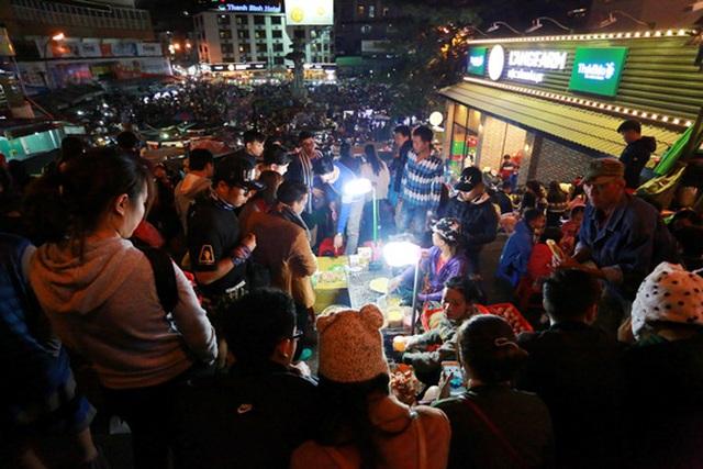 Du khách đến Đà Lạt buổi tối chủ yếu đi dạo chợ đêm, ăn uống rồi… về ngủ sớm Ảnh: Đình Thi
