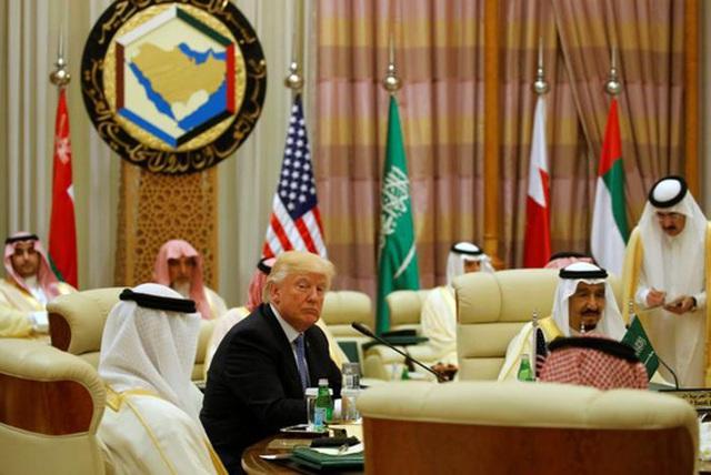 Ông Trump tham dự hội nghị với các nhà lãnh đạo Ả Rập và Hồi giáo tại thủ đô Riyadh hôm 21-5. Ảnh: REUTERS