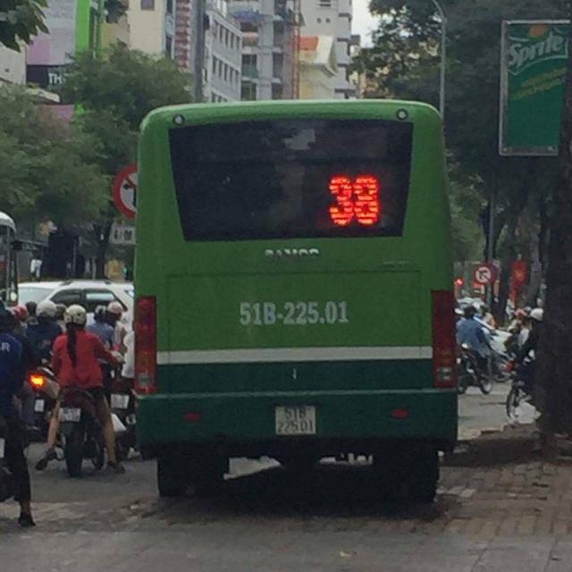 Chiếc xe buýt lao đi trên vỉa hè.