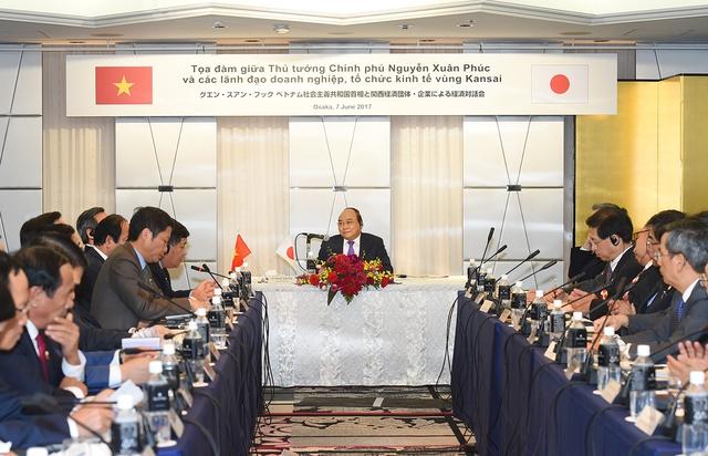 Thủ tướng Nguyễn Xuân Phúc hội đàm với lãnh đạo các doanh nghiệp vùng Kansai, Nhật Bản - Ảnh: VGP
