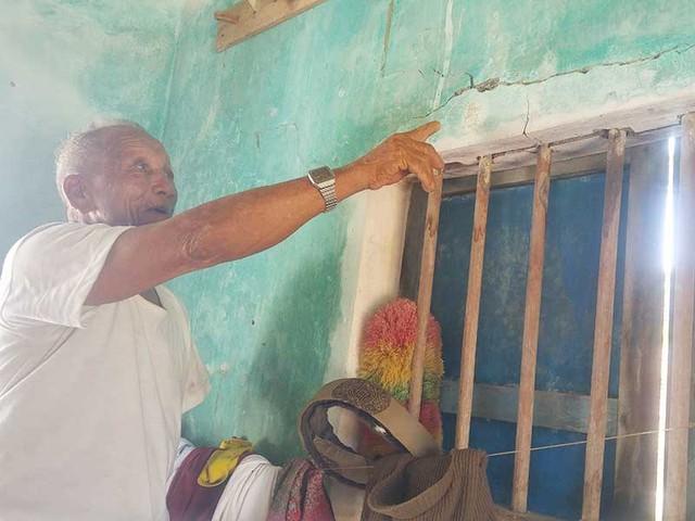 Ông Nguyễn Được nay đã 80 tuổi, mong được sửa lại ngôi nhà nứt nẻ để sống vui với tuổi già. Ảnh: HUY TRƯỜNG