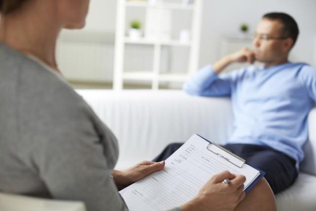 Tìm cho mình một bác sĩ trị liệu: Nếu việc chia sẻ với gia đình, bạn bè trở nên khó khăn thì bạn cần đến bác sĩ. Bằng cách nói ra những vấn đề gặp phải sẽ giúp tinh thần thoải mái, tìm ra nguyên nhân và có thể hoàn toàn loại bỏ chúng.