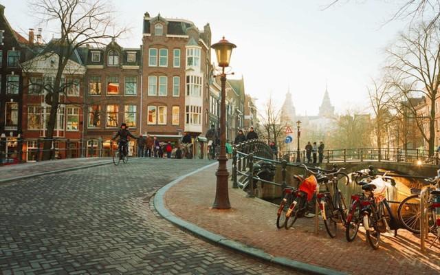 Amsterdam: Hãy dành tháng 7 của bạn cùng những người bạn ở Amsterdam để lang thang qua những con kênh , ngắm thành phố thơ mộng này hay ghé thăm Tuy nhiên bảo tàng độc đáo như Rijksmuseum hoặc mua sắm tại những cửa hàng ở Nine Streets.