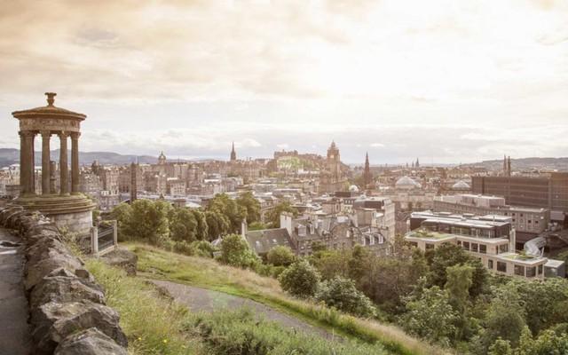 Edinburgh: Không còn gì tuyệt vời hơn khi đến Edinburgh vào tháng 6 bởi đây chính là thời điểm của những lễ hội. Nếu bạn rủ thêm những người bạn thân cùng đi nữa thì đây thực sự là một chuyến đi vô cùng vui vẻ , đáng nhớ.