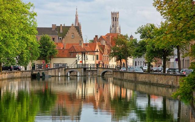 Bruges, Bỉ: Đến đây, các cặp đôi sẽ thấy mình như lạc vào một câu chuyện cổ tích giữa những công trình kiến trúc đầy mê hoặc đến từ thế kỷ 13. Ngoài ra, tháng 7 là thời điểm lý tưởng cho những chuyến đi thú vị tới Bruges.