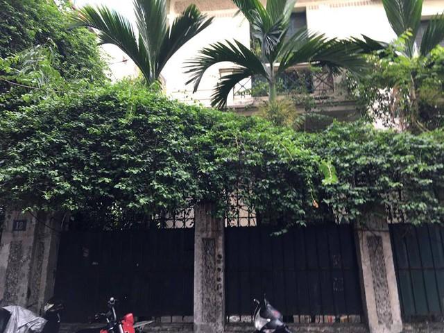 Cánh cổng và hàng rào sắt của villa đã hoen rỉ