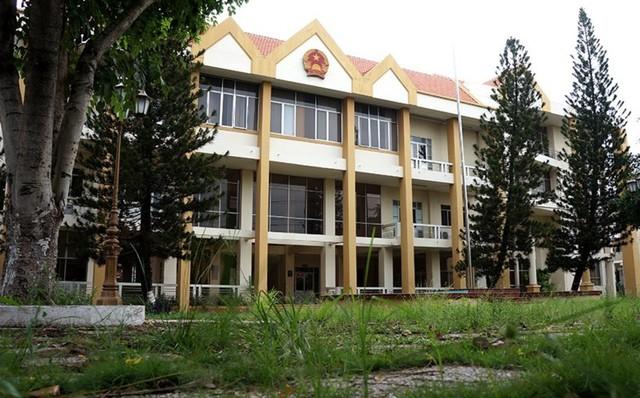 Trụ sở cũ của UBND TP Thủ Dầu Một bỏ hoang, nằm ngay mặt tiền quốc lộ 13 sẽ được UBND tỉnh Bình Dương phân phối đấu giá trong thời gian tới.