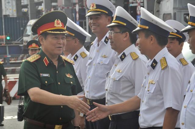 Đại tướng Ngô Xuân Lịch, Bộ trưởng Bộ Quốc phòng làm việc ở Tân cảng Sài Gòn. Ảnh: Việt Văn.
