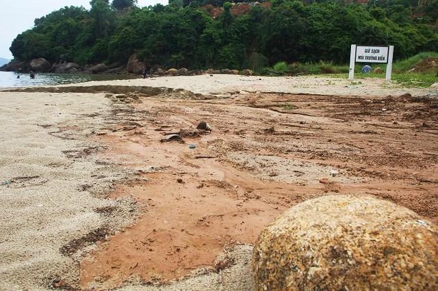 Sạt lở từ dự án của doanh nghiệp Biển Tiên Sa khiến bùn đất tràn xuống bãi cát và đổ ra biển. Ảnh: Cao Thái