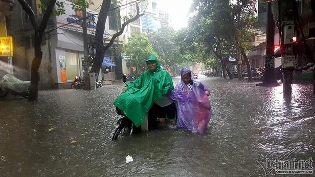 Nhiều nơi ở Hà Nội ngập sâu sau mưa lớn dồn dập ngày hôm qua. Ảnh: Trần Thường