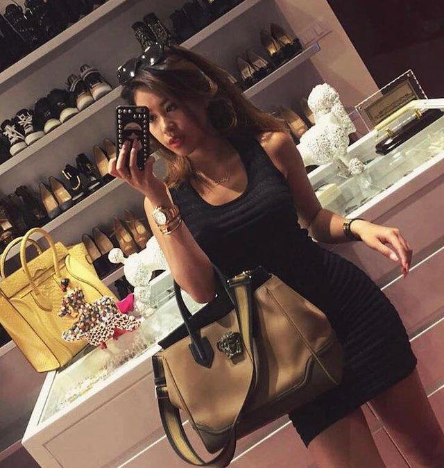 Một cô gái khoe tủ đồ chứa đầy giày hàng hiệu.