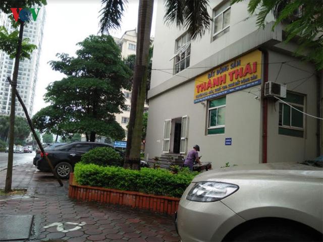 Địa bàn phường Dịch Vọng có 5 khu đô thị mới cùng hàng chục chung cư cao tầng. Tuy nhiên, các chung cư này không đủ chỗ đỗ xe dẫn đến quá tải. Các phương tiện, nhất là xe ô tô để tràn lên vỉa hè.
