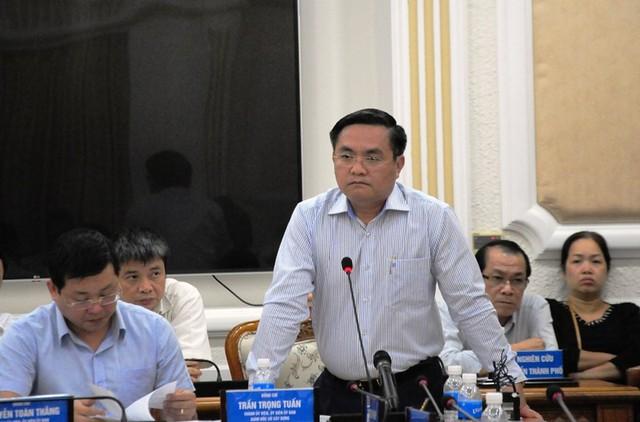 Ông Trần Trọng Tuấn nói ở cuộc họp. Ảnh: TÁ LÂM