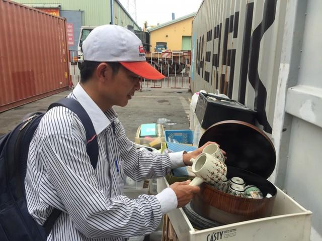Nhiều mặt hàng ly, cốc, dĩa đã qua sử dụng của Nhật thải ra được gom về