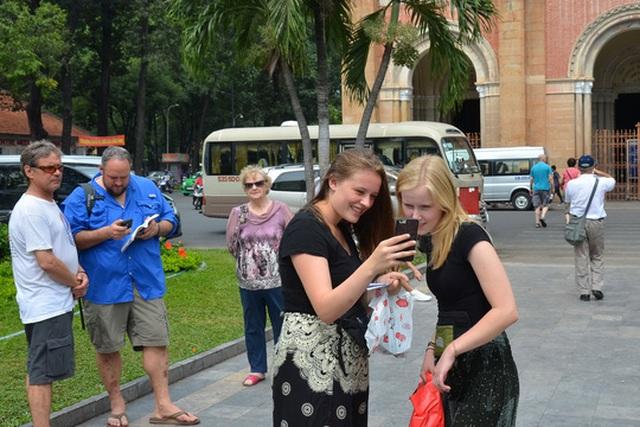 Du khách nước ngoài tham quan TP HCM Ảnh: TẤN THẠNH
