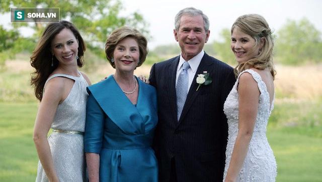 Ông George W. Bush cùng vợ và hai cô con gái sinh đôi.