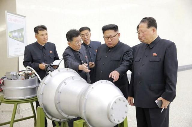 Nhà lãnh đạo Triều Tiên Kim Jong-un kiểm tra một quả bom khinh khí-bom H. (Nguồn: Reuters)