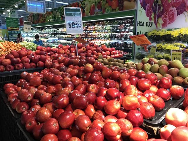 Hoa quả nhập khẩu được bày phân phối tràn ngập trên phân khúc