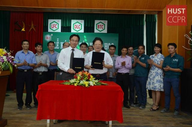 Ông Đào Hữu Huyền (hàng trên, bên phải)