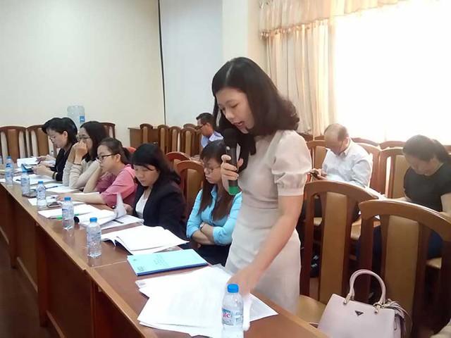 Nhiều DN yêu cầu giảm kinh phí khi chuyển từ hóa đơn giấy sang hóa đơn điện tử. Trong ảnh: Đại diện 1 DN đang phát biểu ở hội thảo ngày 8-9. Ảnh: QUANG HUY