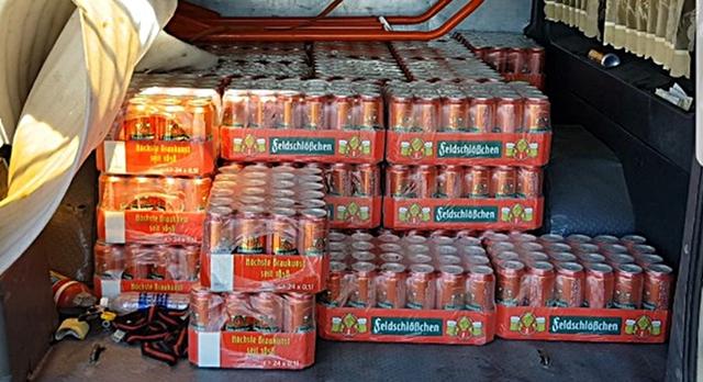 73 thùng bia ngoại hết đát được vận chuyển trên ôtô tải để đưa vào TP Hồ Chí Minh tiêu thụ.