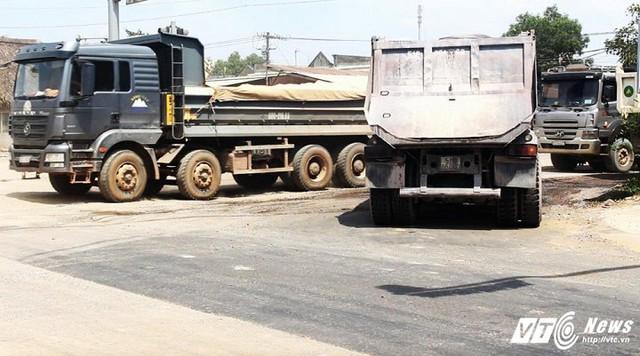 Các xe tải chở đá hàng ngày ra vào, quần thảo trên tuyến đường tránh TP Biên Hòa.