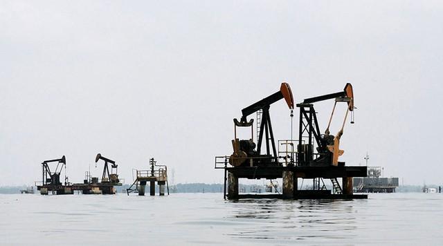 Hoạt động khai thác dầu ở hồ Maracaibo thuộc bang Zulia của Venezuela.