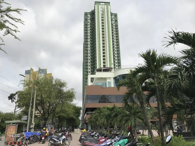 """Tòa nhà Thuận Kiều Plaza đã được đổi """"áo"""" màu xanh sau gần 20 năm mặc """"áo"""" đỏ. Ảnh: VIỆT HOA"""