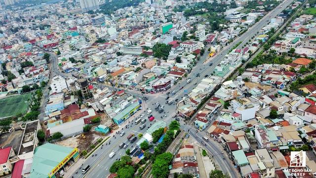 Tuy nhiên, muốn ra được đại lộ Phạm Văn Đồng, nhiều người buộc phải chạy trên con các con phố Tô Ngọc Vân nhỏ hẹp.