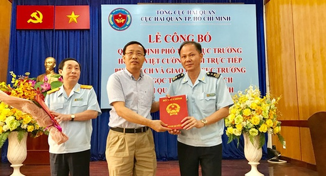 Ông Đinh Ngọc Thắng (phải) nhận quyết định từ Tổng Cục Hải quan