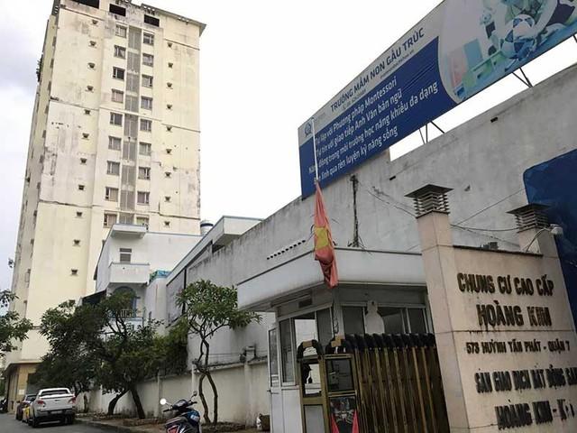 Chung cư cấp cao Hoàng Kim (quận 7, TP.HCM) sau nhiều năm không được bảo trì, sửa chữa đã hư hỏng, xuống cấp. Ảnh: CẨM TÚ