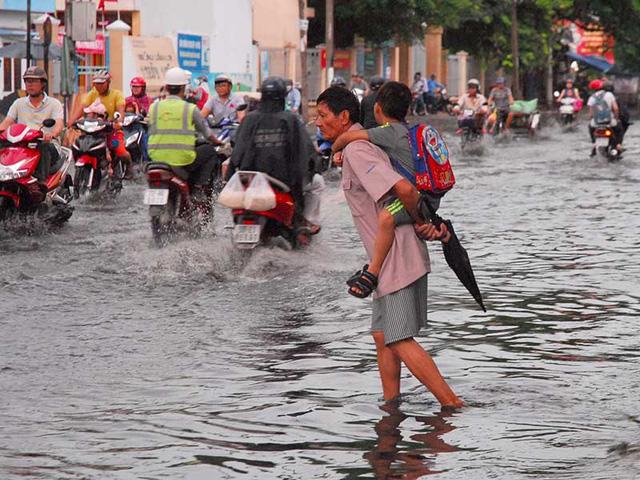 Đoạn các con phố số 10- QL50, huyện Bình Chánh, TP.HCM luôn ngập khi có mưa. Ảnh: HTD