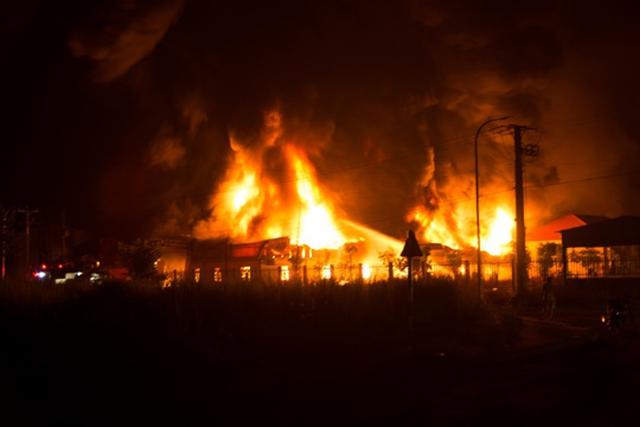 Ngọn lửa bùng phát dữ dội, thiêu rụi gần như hoàn toàn xưởng nệm