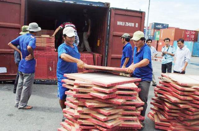 Hải quan bắt giữ lô hàng gạch men có xuất xứ Trung Quốc đội lốt hàng Việt Nam.