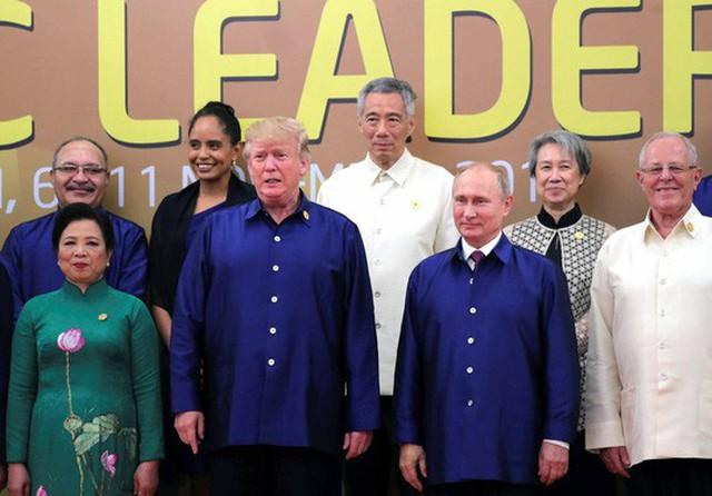 Các nhà lãnh đạo nền kinh tế APEC chụp ảnh kỷ niệm khi dự yến tiệc chiêu đãi tối 10-11 Ảnh: Reuters