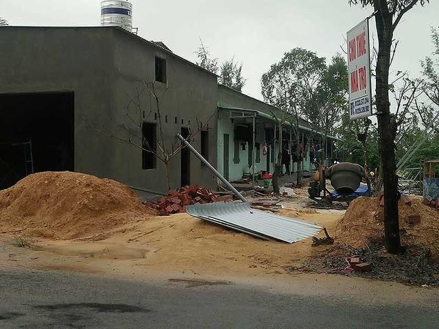 Hàng loạt công trình được người dân ở Quảng Nam thi công để cho thuê trong khu vực gần dự án. Ảnh: HUY TRƯỜNG.