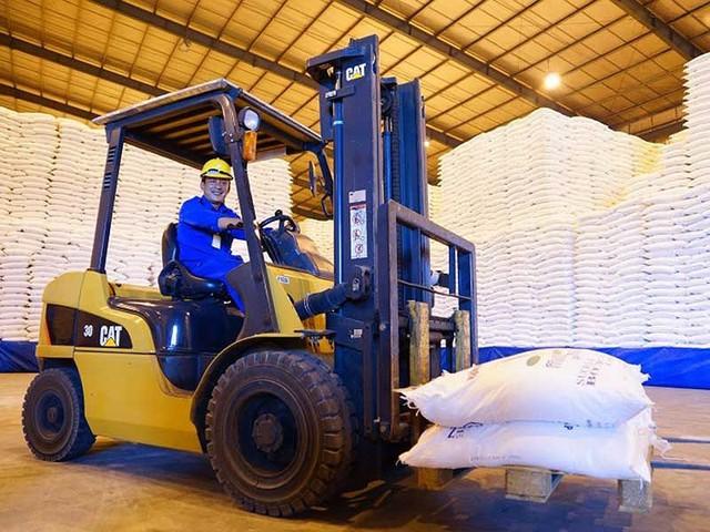 Doanh nghiệp ngành đường Việt Nam cần giảm chi phí sản xuất, hạ giá thành thì mới cạnh tranh nổi làn sóng đường nhập khẩu giá rẻ tràn vào. Trong ảnh: Vận chuyển đường tại một nhà máy. Ảnh: QUANG HUY