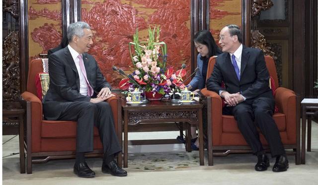 Cựu Bí thư CCDI Vương Kỳ Sơn (phải) gặp gỡ Thủ tướng Singapore Lý Hiển Long hồi tháng 9/2017 - trước Đại hội 19. Ảnh: SCMP