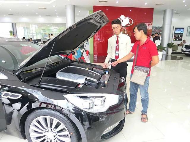 Trong khi xe nhập khẩu khan hàng thì xe sản xuất, lắp ráp tại Việt Nam lại không thiếu. Trong ảnh: Khách hàng đang tìm mua ô tô. Ảnh: QUANG HUY