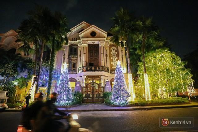 Ngôi biệt thự này có lẽ hoành tráng nhất tại khu đô thị Phú Mỹ Hưng vì trang trí Noel nổi bật cả một khu.