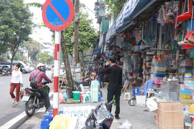 Phố Phùng Hưng (quận Hoàn Kiếm, TP Hà Nội) bán hàng hóa tràn ra vỉa hè Ảnh: Huy Thanh