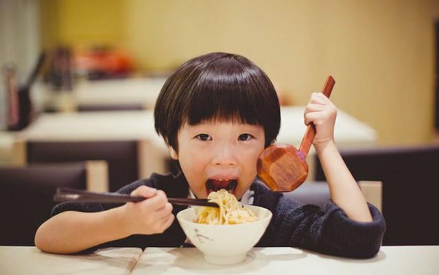 Cậu con trai không ngần ngại chọn bát mì có trứng (ảnh minh họa).