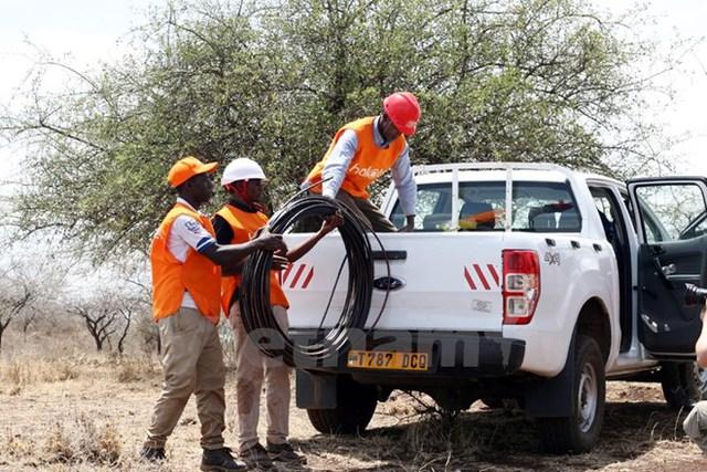 Nhân viên của Halotel - một công ty của Viettel tại Tanzania chuẩn bị kéo cáp. (Ảnh: T.H/Vietnam+)