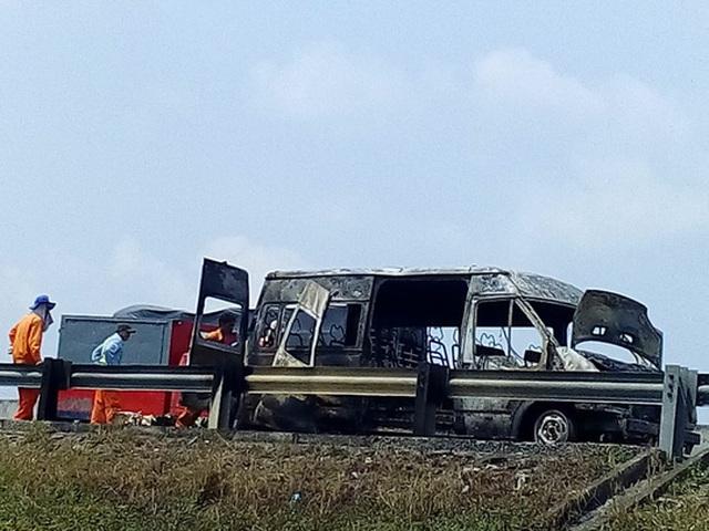 Chiếc xe cháy trơ khung. Ảnh: Minh Sơn
