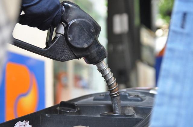 Hiện nay giá mỗi lít xăng là 17.594 đồng thì người tiêu dùng đã phải gánh khoảng hơn 30% từ các loại thuế, phí.