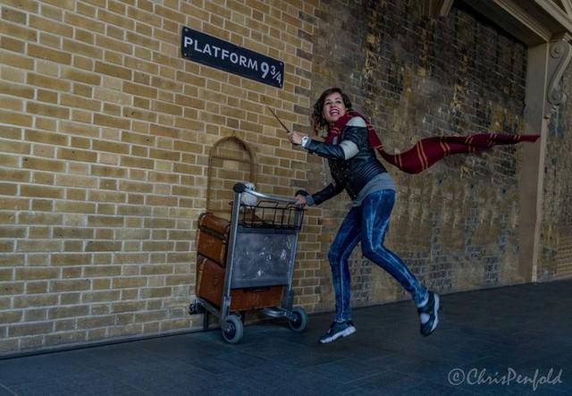 Nhà ga 9 ¾ (Nhà ga King's Cross) hấp dẫn du khách tới chụp ảnh, đóng vai các nhân vật.