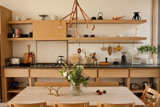 Người Nhật Bản quan niệm rằng, phòng bếp không chỉ là nơi ăn uống mà còn là không gian sống, không gian để mọi người cùng vui vẻ trải nghiệm những kinh nghiệm nấu ăn, cùng thưởng thức hương vị của cuộc sống, cùng nhau thư giãn. (Ảnh Pinterest).