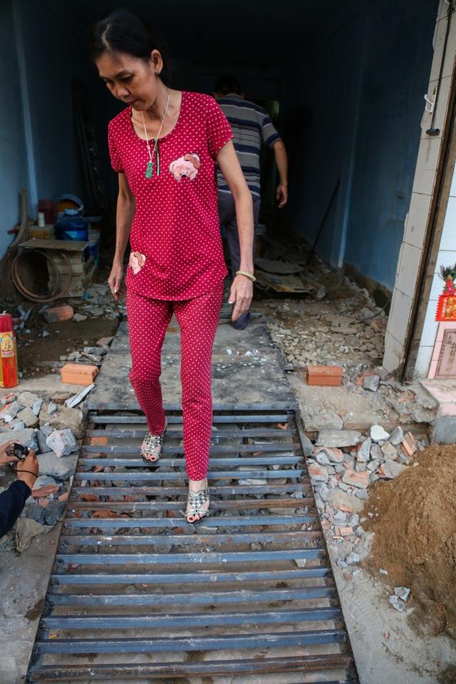 Bậc tam cấp ngầm đã giải quyết được vấn đề đi lại của người dân sau khi phá bỏ bậc tam cấp cũ.
