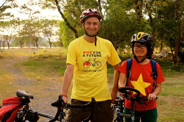 Simon Nelson, người đề nghị Kim Ngân đồng hành trong chuyến đạp xe đến Paris.