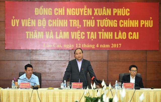 Thủ tướng Nguyễn Xuân Phúc, Phó Thủ tướng Vũ Đức Đam làm việc với lãnh đạo chủ chốt tỉnh Lào Cai. Ảnh: VGP/Quang Hiếu
